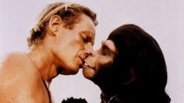 beso planeta de los simios